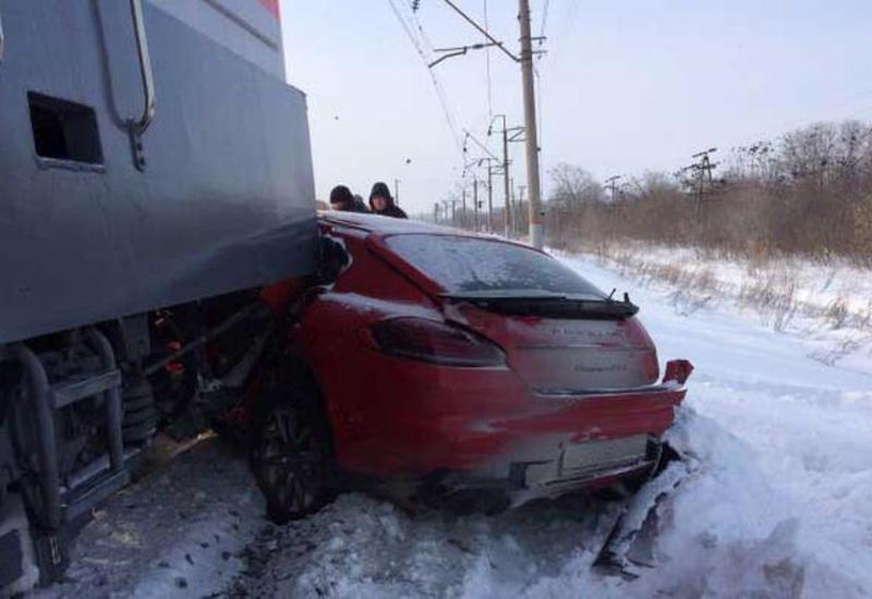 В Турции грузовой поезд столкнулся с автомобилем, погибли 3 человека
