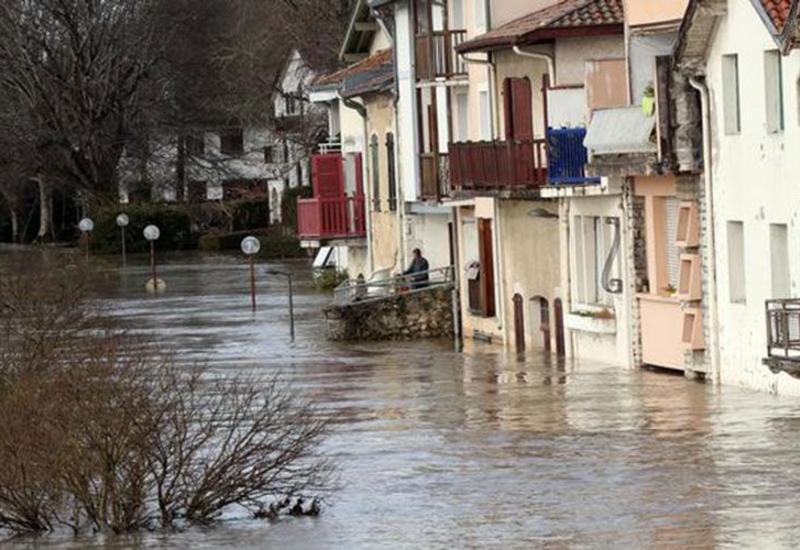 Во Франции десятки тысяч домов остались без света из-за непогоды