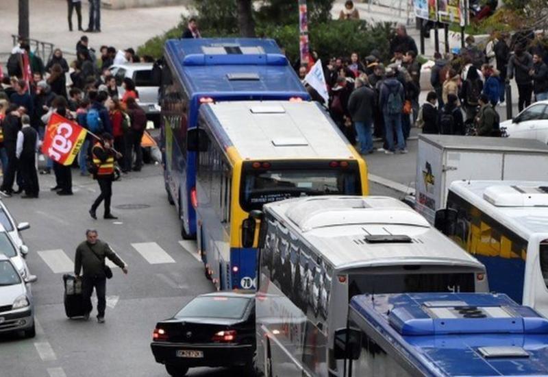 В Париже до сих пор нарушено транспортное движение из-за продолжающихся забастовок