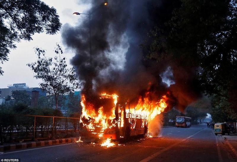 В Нью-Дели десятки человек получили ранения в ходе массовых протестов