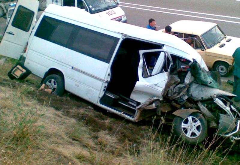 В Баку перевернулся микроавтобус, есть погибшие