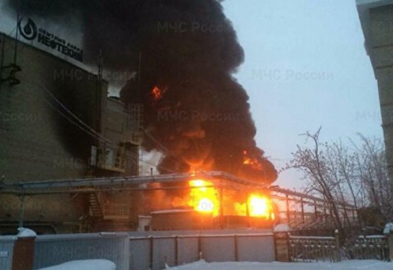 Крупный пожар на нефтехимическом заводе в России тушат 135 человек