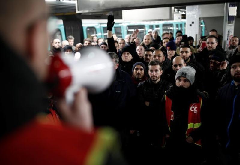 Из-за забастовки в Париже практически не работает метро