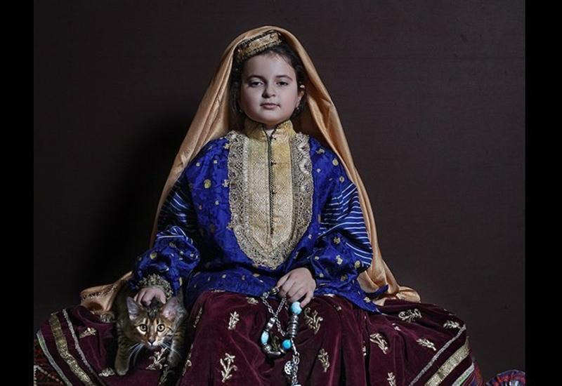 Маленькая модель в старинном национальном костюме