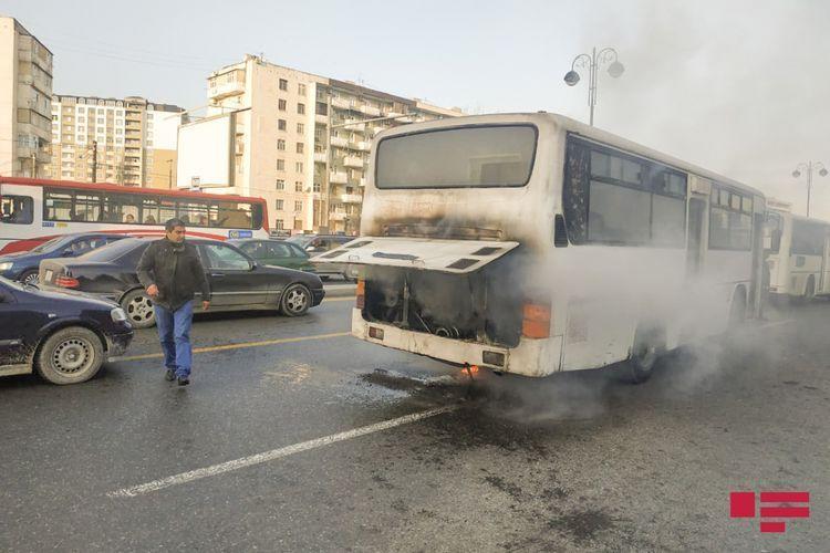 В Баку произошел пожар в маршрутном автобусе