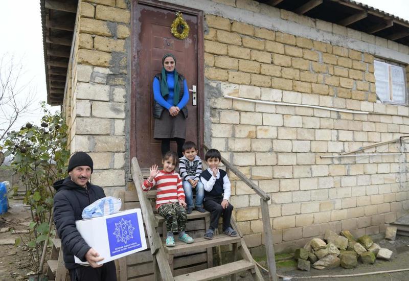 По инициативе Фонда Гейдара Алиева малообеспеченным семьям раздаются праздничные гостинцы
