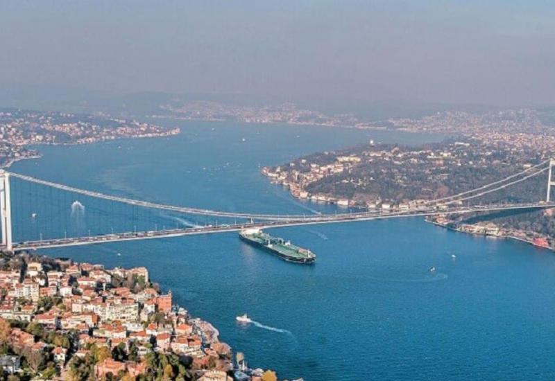 Судно-контейнеровоз врезалось в набережную на Босфоре