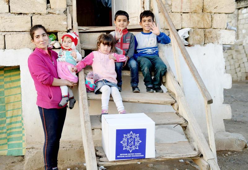 Фонд Гейдара Алиева раздал праздничные подарки малообеспеченным семьям