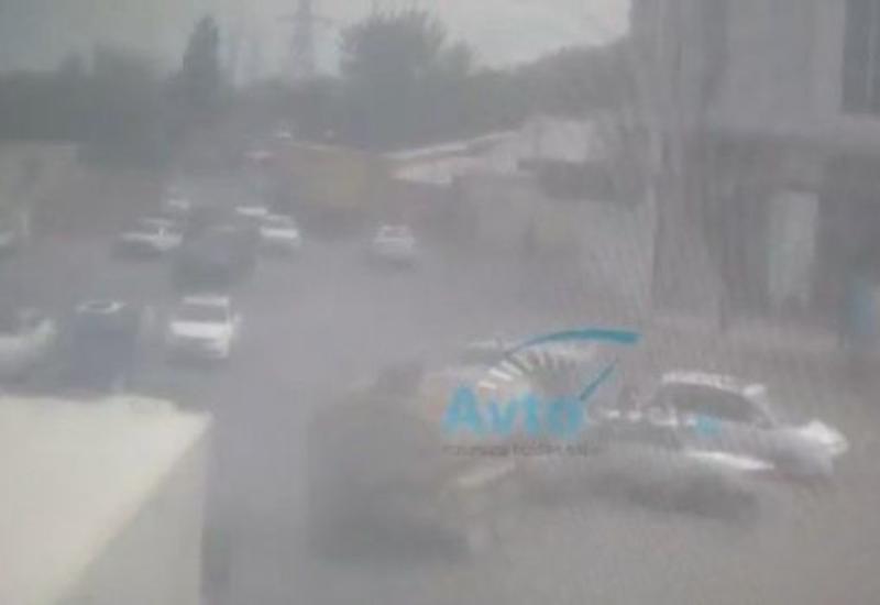 Аварии с участием легковушек и грузовиков в Баку