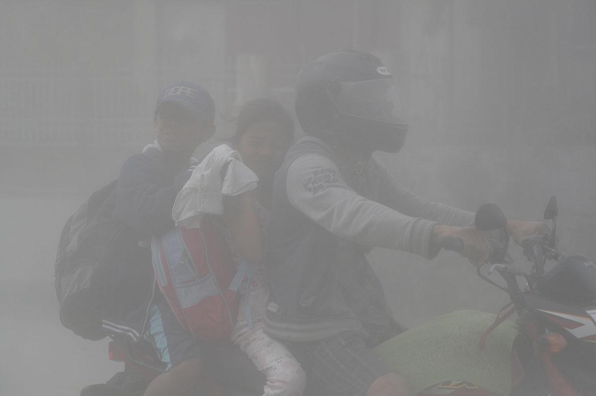 Пепел и молнии: извержение вулкана Тааль на Филиппинах