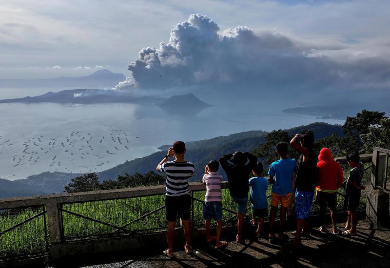 Вулкан Тааль на Филиппинах выбросил 2-километровый столб пепла