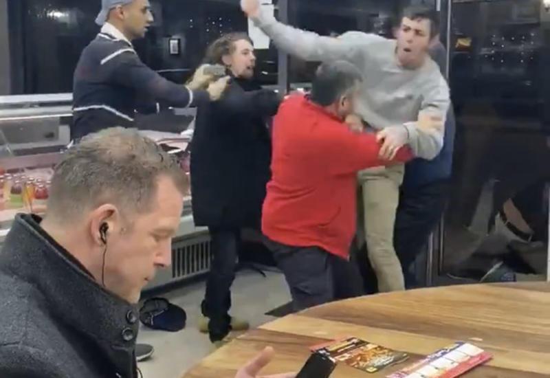 Британец стал героем соцсетей, продолжив есть во время массовой драки в кафе