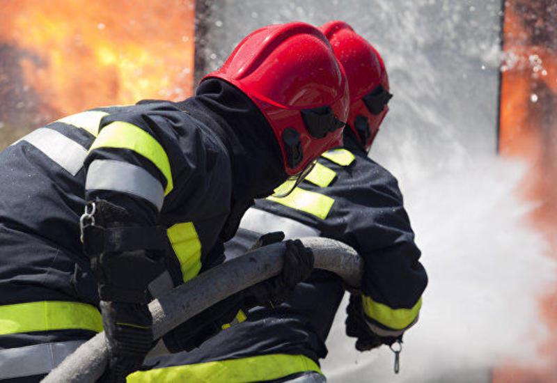 В Баку произошел пожар в многоэтажном жилом здании