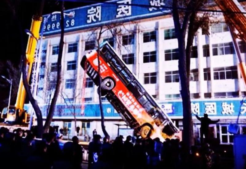 Автобус с людьми провалился под землю в Китае