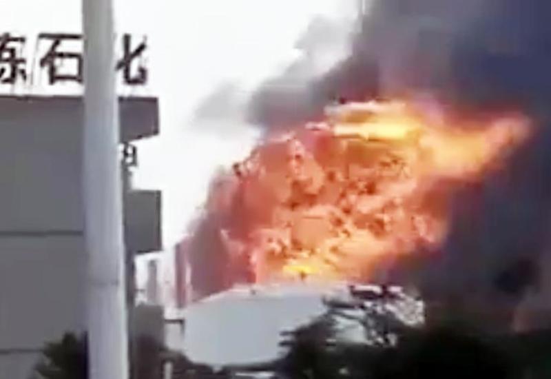 В Китае загорелся нефтехимический завод