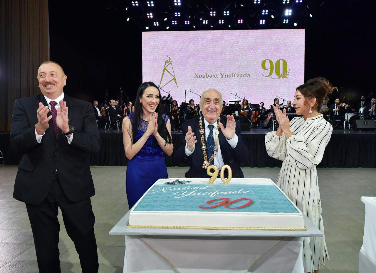 Президент Ильхам Алиев и Первая леди Мехрибан Алиева приняли участие в церемонии по случаю 90-летнего юбилея Хошбахта Юсифзаде