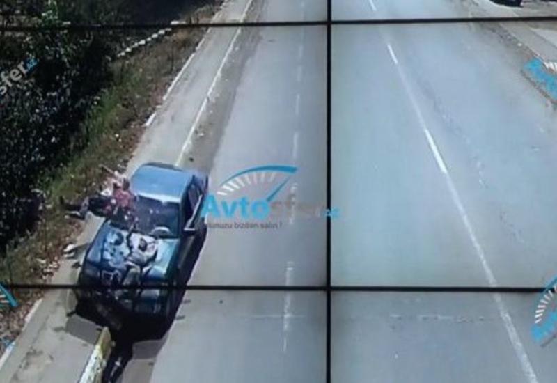 В Азербайджане заснувший за рулем водитель сбил двух человек