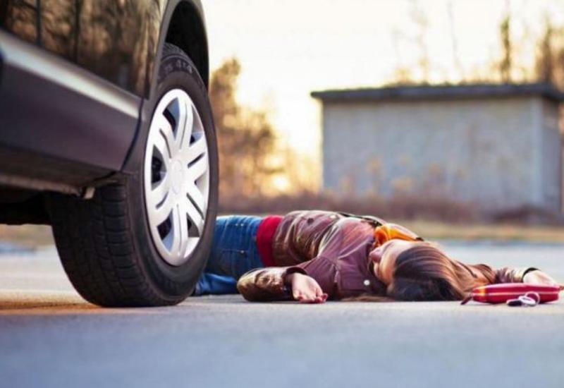 В Баку автомобиль сбил насмерть школьницу