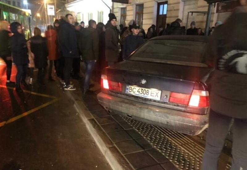 Во Львове водитель влетел в остановку с людьми