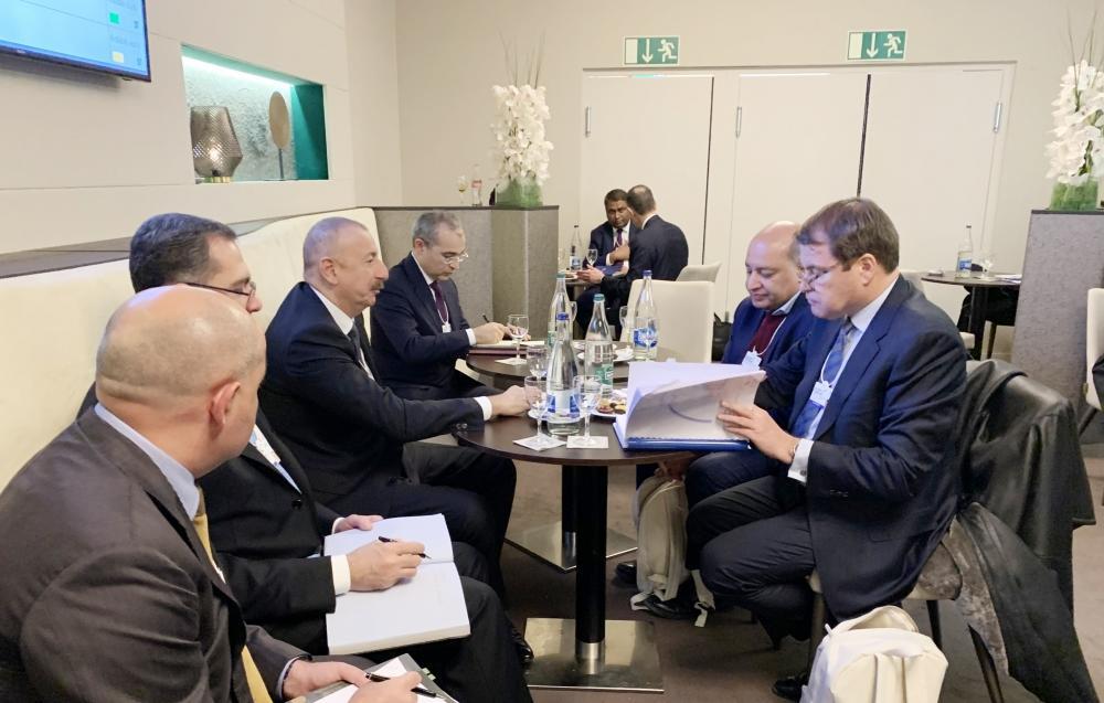 Президент Ильхам Алиев встретился в Давосе с президентом Европейского банка реконстукции и развития Сумой Чакрабарти. ЕБРР высоко оценивает проводимые в Азербайджане реформы