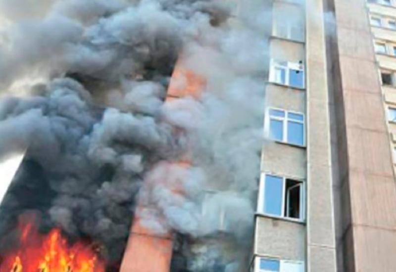 Сильный пожар в многоэтажном здании в Баку, жители эвакуированы