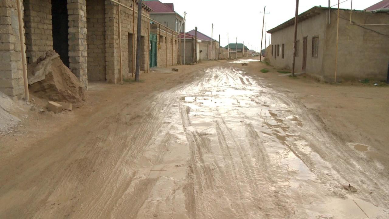 В бакинском поселке ремонтируются дороги