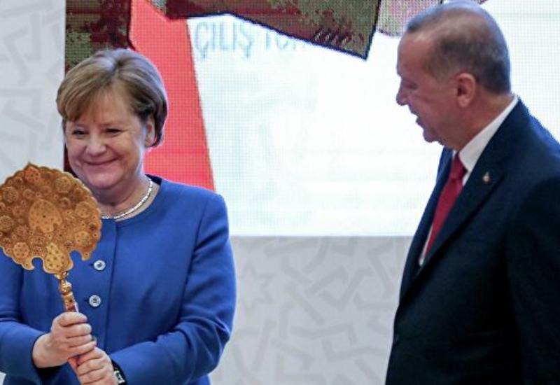Эрдоган подарил Меркель инкрустированное зеркало и старинный шлем