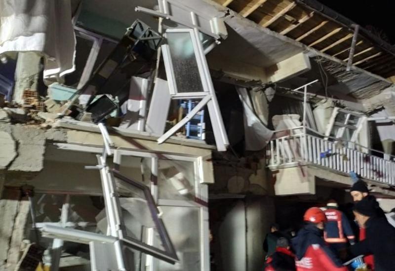Люди в панике убегают из магазина во время землетрясения в Турции