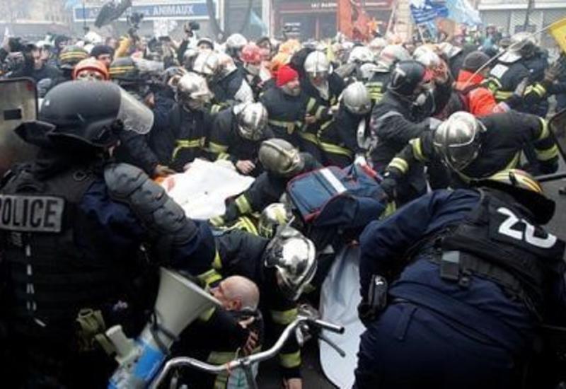 В Париже произошли столкновения между полицией и протестующими пожарными