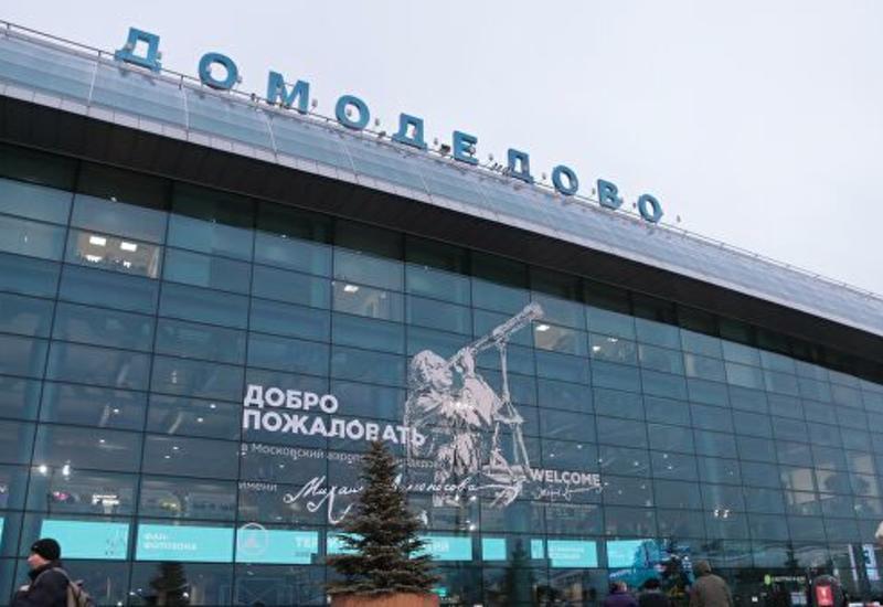 В московском аэропорту самолет буксируют на стоянку из-за угрозы минирования