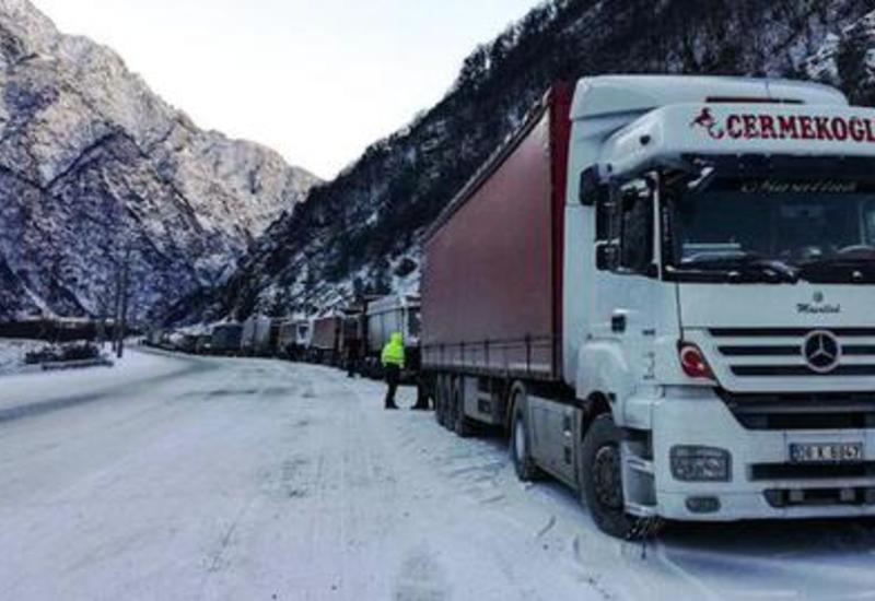 Дорогу из России в Азербайджан закрыли из-за непогоды