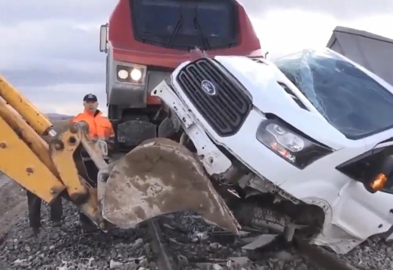 Страшное ДТП в Турции: поезд протаранил фургон