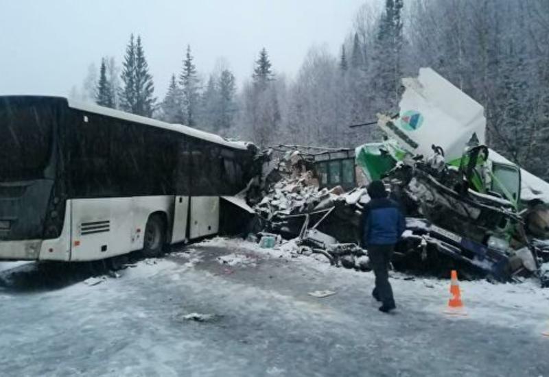 Тяжелое ДТП с участием автобуса и фуры в России: есть погибшие, десятки пострадавших