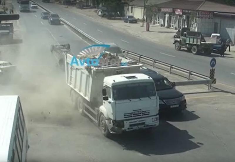 В Баку КамАЗ протаранил автобус и пять автомобилей