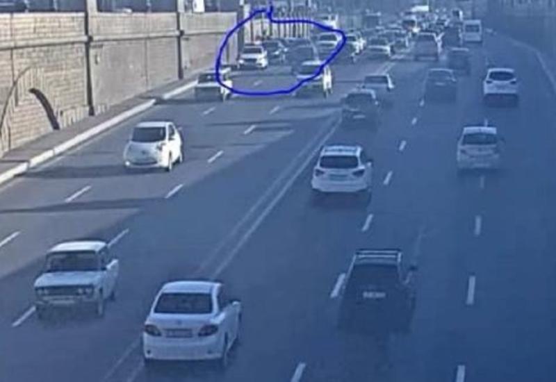 Тяжелое ДТП на крупном проспекте в Баку, образовалась пробка