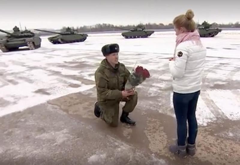 Военнослужащий сделал своей девушке необычное предложение