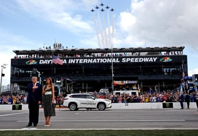 Трамп открыл главный этап гонок NASCAR, проехав круг на лимузине