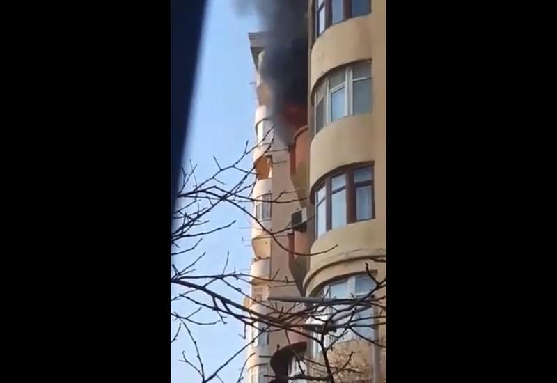 Пожар в жилом здании в Баку: в квартире находятся дети