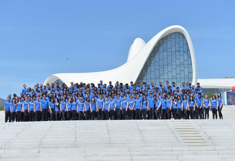 В Азербайджане презентуют фильм и фотовыставку о волонтерстве