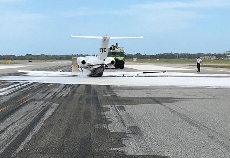 Самолет без шасси приземлился в американском аэропорту