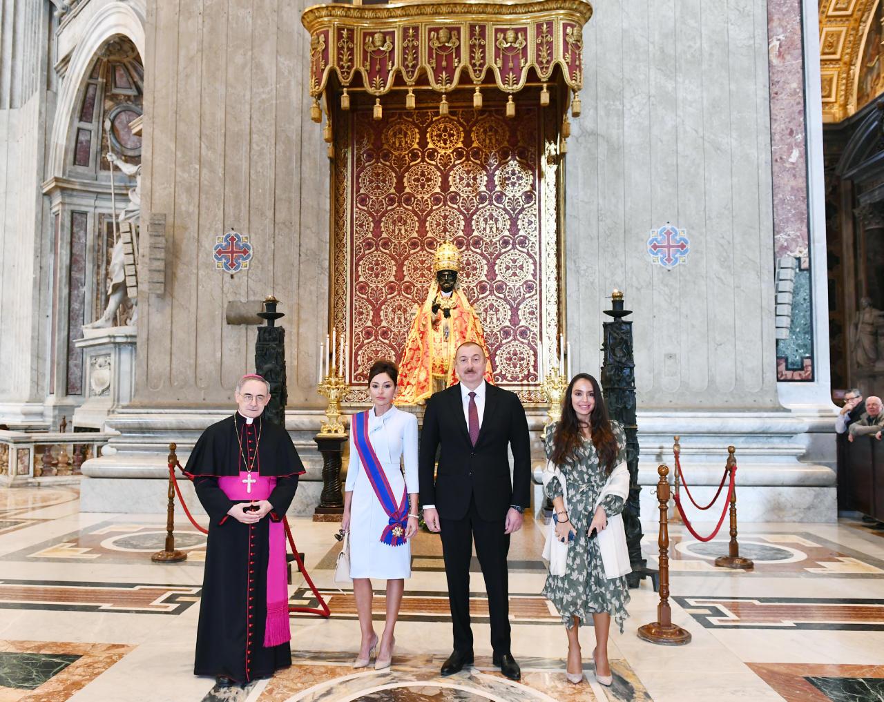 Президент Ильхам Алиев и Первая леди Мехрибан Алиева ознакомились в Ватикане с Сикстинской капеллой и Собором Святого Петра