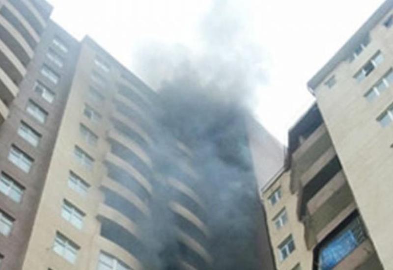 В многоэтажном здании в Баку произошел сильный пожар