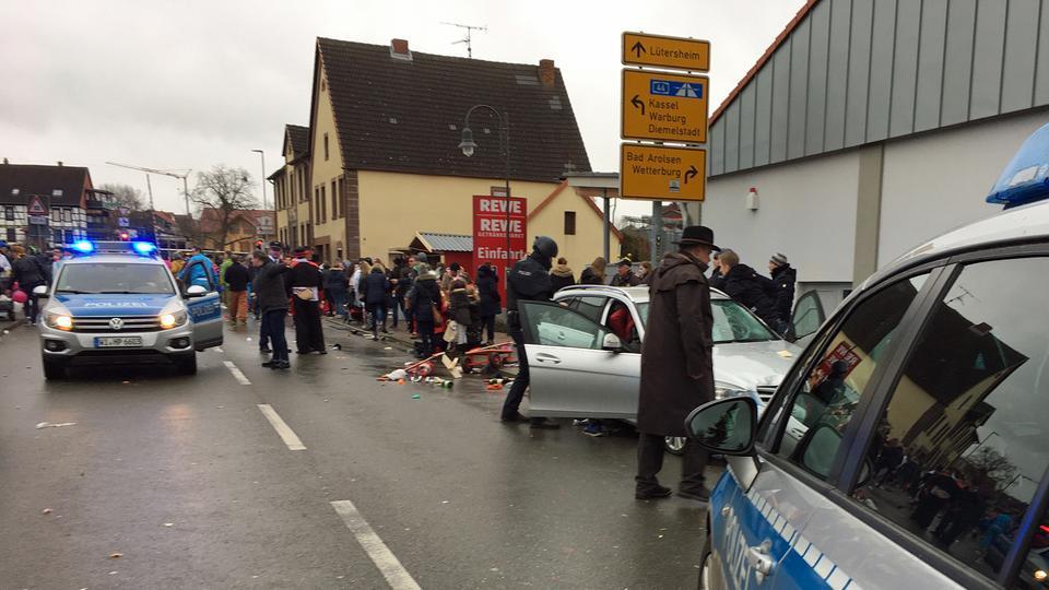 В Германии автомобиль въехал в толпу, десятки пострадавших