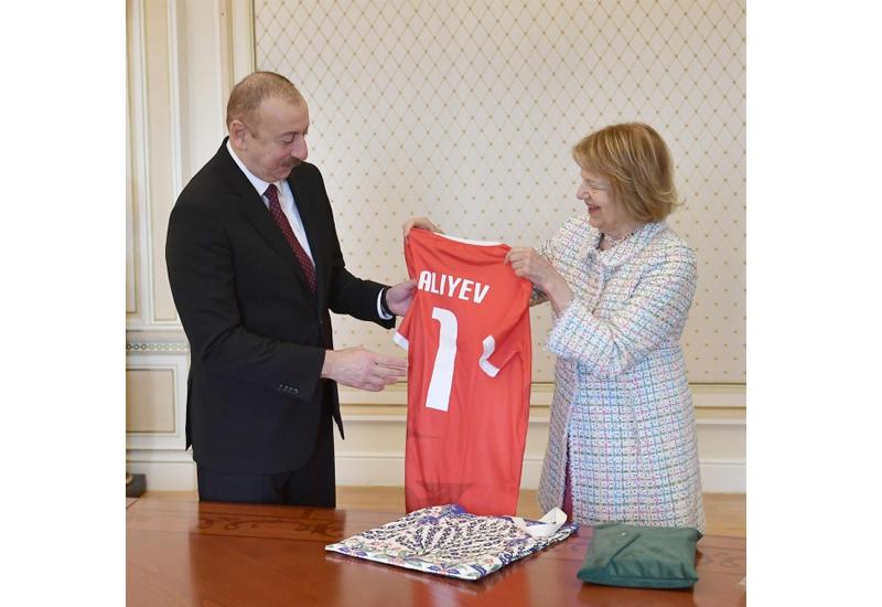 Баронесса Эмма Николсон вручила Президенту Ильхаму Алиеву памятный подарок от сборной Уэльса по футболу