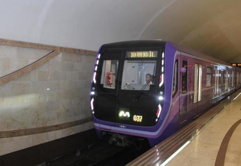 ЧП в бакинском метро: пассажиров вывели из поезда