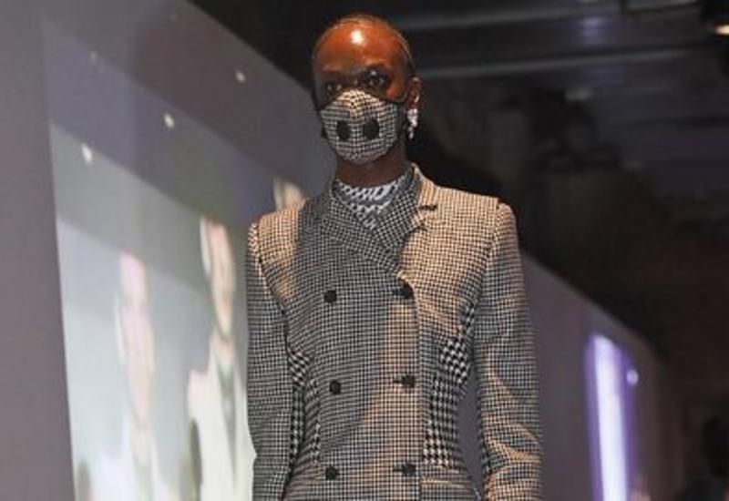 Parisdə moda həftəsində modellər maska taxdı