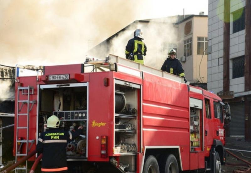 Пожар в многоэтажном здании в Баку, жильцы эвакуированы