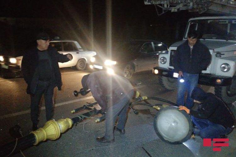 В Сумгайыте Mercedes на высокой скорости врезался в фонарный столб