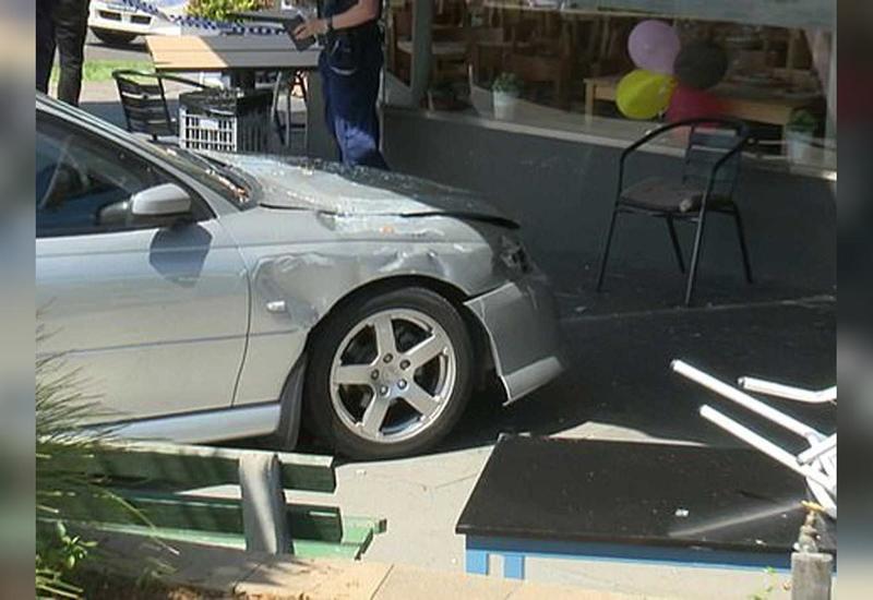 В Австралии машина врезалась в здание кафе, есть пострадавшие