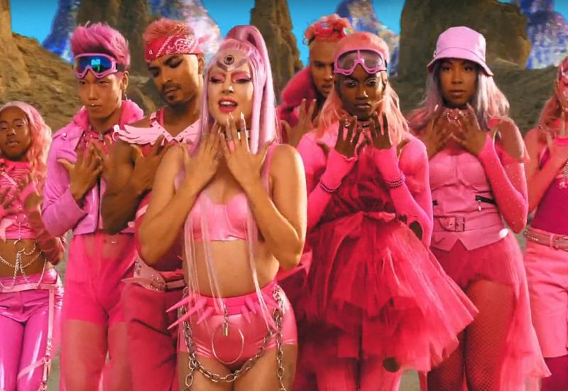 Леди Гага представила в Сети клип, снятый полностью на телефон